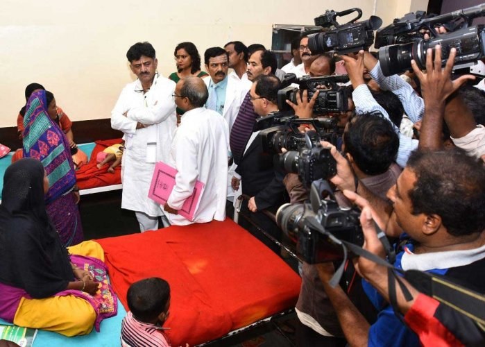 Medical Education Minister D K Shivakumar enquirers with doctors at Karnataka Institute of Medical Sciences, Hubballi on Saturday regarding the health of a patient. DH Photo