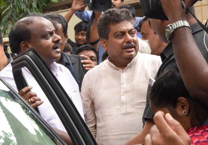 Chief Minister H D Kumaraswamy leaves the Sadashivanagar residence of disgruntled Congress leader M B Patil after holding discussions with him on Friday. DH PHOTO