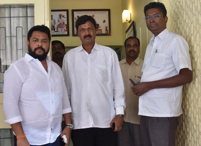 Municipalities Minister Ramesh Jarkiholi and brother Satish Jarkiholi. DH Photo/Janardhan B K