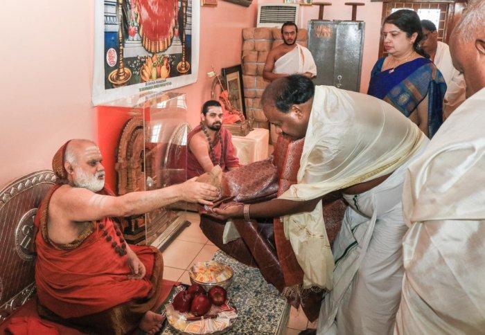 Seer Bharathitheertha Swami blesses Chief Minister HD Kumaraswamy at Sharadamba temple in Sringeri onSaturday. Junior pontiff Vidushekhara Bharathi, AnithaKumaraswamy are seen.