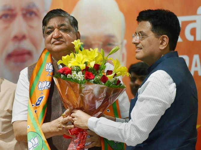Naresh Agarwal (left), compared SP-BSP alliance in Uttar Pradesh as the alliance between a snake and a mole at the BJP's caste conference on Saturday. PTI FILE PHOTO