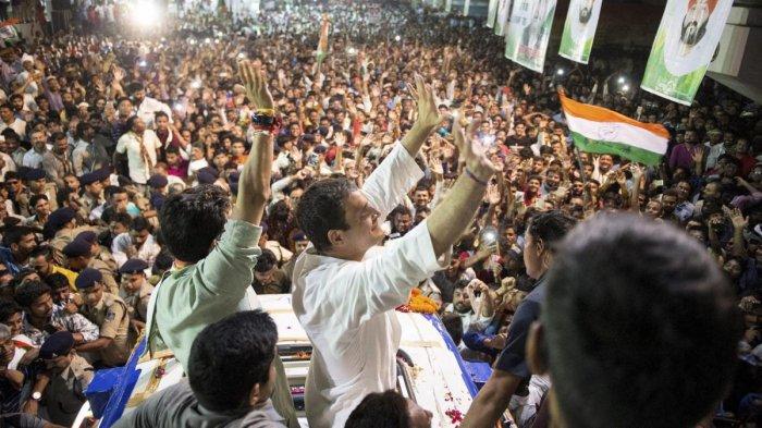 Congress President Rahul Gandhi waves at his supporters at Rewa in Madhya Pradesh, Thursday, Sept 27, 2018. (PTI Photo)