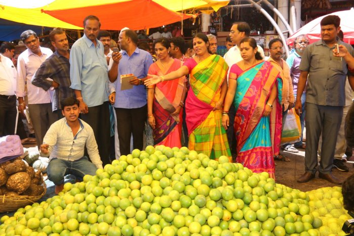 Mayor Gangambike Mallikarjun and her deputy Ramila Umashankar at the KR Market on Saturday. DH PHOTO