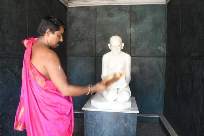 Gandhiji being offered 'aarthi' at the temple in Mangaluru. DH photo.