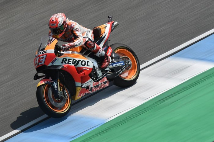Repsol Honda Team's Spanish rider Marc Marquez rides during the pre-race warm up practice of the 2018 Thailand MotoGP at Buriram International Circuit on October 7, 2018. (Photo by LILLIAN SUWANRUMPHA / AFP)