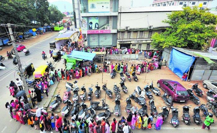 Women queue up in front of KSIC's Mysuru silk showroom near Chamarajendra Zoological Gardens in Mysuru on Tuesday morning. DH Photo/K S Gireesha