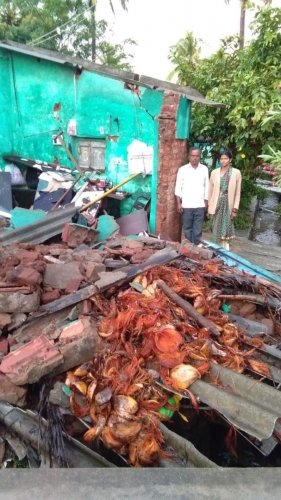 A house collapsed due to heavy rains in Maddur taluk on Tuesday night. DH photo.