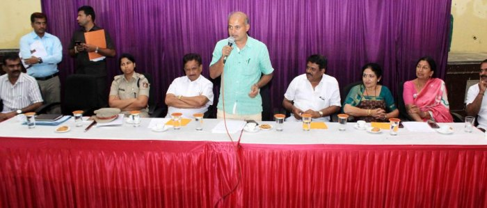 District In-charge Minister Sa Ra Mahesh speaks during a preparatory meeting on Madikeri Dasara on Monday.