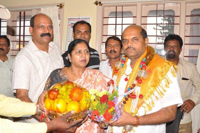 MLAT D Rajegowda and KPCC General Secretary Gayatri Shanthegowda greet Minister Bandeppa Kashempur.