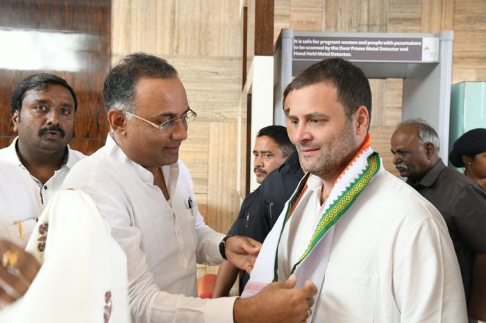 Congress president Rahul Gandhi being received by KPCC president Dinesh Gundu Rao in Bengaluru. (DH Photo)