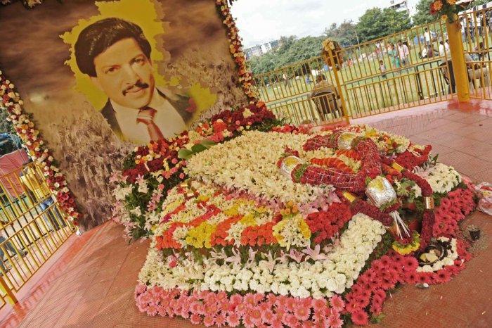 Vishnuvardhan samadi being decorated on his birth day programme in Bengaluru on Monday. DH PV Photo
