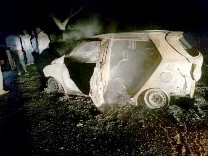 The SUV that caught fire near Pushpagiri Hills in Belur taluk of Hassan district on Friday night. DH PHOTO