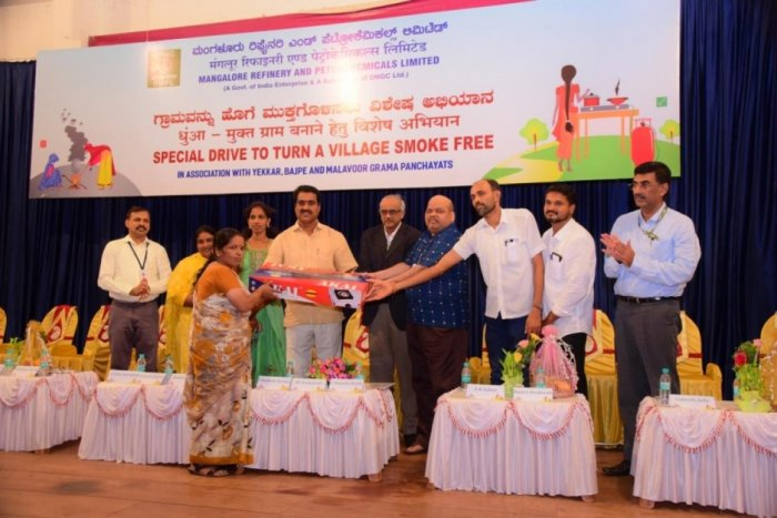 Mulki-Moodbidri MLA Umanath Kotian and other dignitaries hand over LPG kit to a beneficiary, at MRPL on Wednesday.