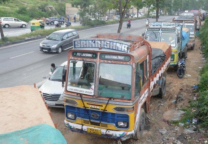 Trucks parked on roadside near Nayandahalli junction in Bengaluru following strike call. DH Photo