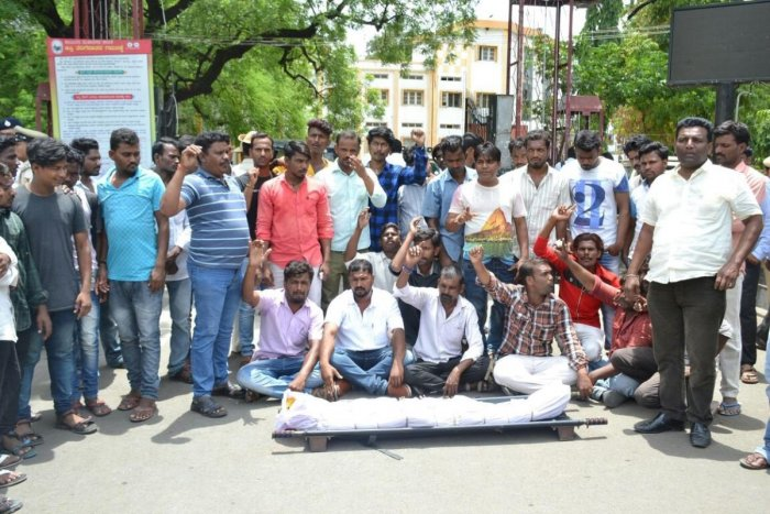 Protesters stage a dharna with the body of Asha, the victim, in front of the Kalaburagi Mahanagara Palike in the city, on Tuesday. DH Photo.
