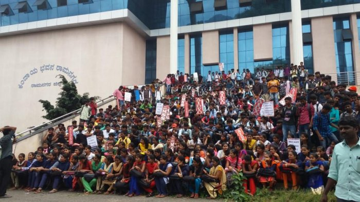 The students argued that the previous government had announced that free bus passes would be issued to students. But no allocation had been made in the recent state budget for such a benefit. (DH Photo)