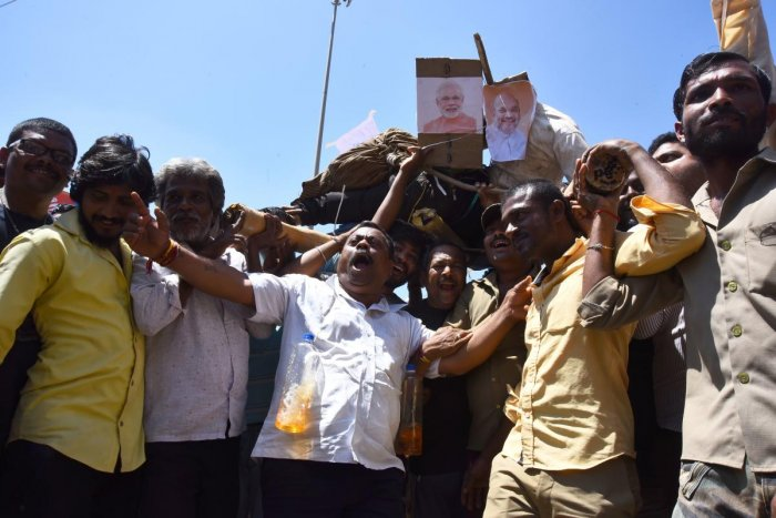 Hubballi Autorickshaw Owners & Drivers Association members hold mock funeral procession of effigies of PM Narendra Modi and other BJP leaders in Hubballi on Monday, during 'Bharat Bandh'.