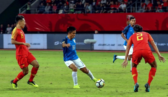 India's Sunil Chettri (C) kicks the ball past China's Liu Yiming (R) during an international friendly football match between China and India in Suzhou in China's eastern Jiangsu province on October 13, 2018. (AFP Photo)