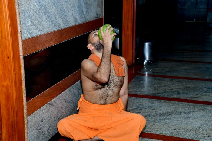 Kukke Subrahmanya Mutt seer Vidyaprasannateertha Swami consumes tender coconut water to end his fast at Subrahmanya in Dakshina Kannada district on Monday. dh photo