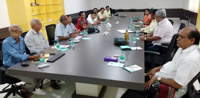 A meeting to discuss imparting training to climb areca trees was held under the chairmanship of Campco president S R Sathischandra in Puttur on Monday.