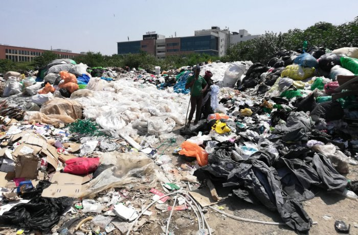 Illegal garbage dump near Divyasree Techpark, Kundalahalli in Bengaluru. DH PHOTO