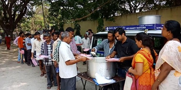 This man feeds 300 people outside hospitals | Deccan Herald