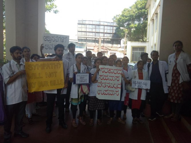 Medicos and PG doctors protest demanding stipend in Mangaluru on Monday. DH photo.