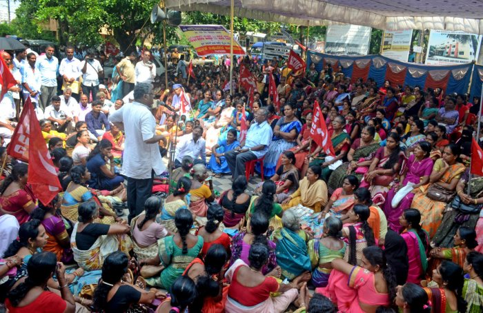 Beedi workers stage a dharna in front of Bharat Beedi Works office in Mangaluru on Tuesday.