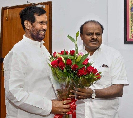 Karnataka Chief Minister H D Kumaraswamy meets Union Minister Ram Vilas Paswan, in New Delhi on Tuesday. (PTI Photo)