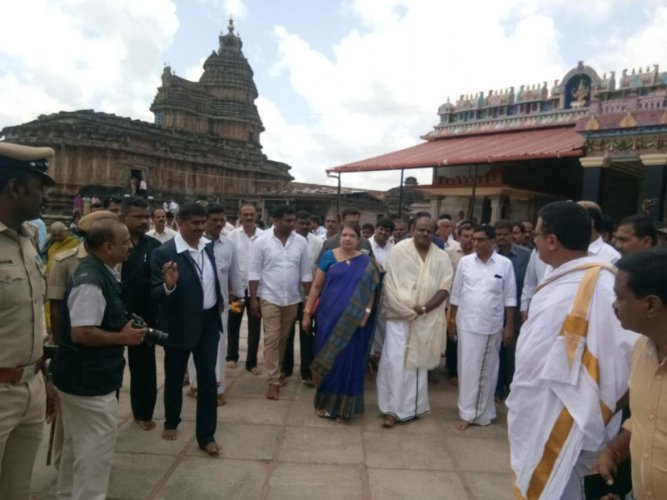Chief Minister H D Kumaraswamy and his wife Anitha visit Sharadapeetha at Sringeri for religious rituals on Saturday. DH Photo