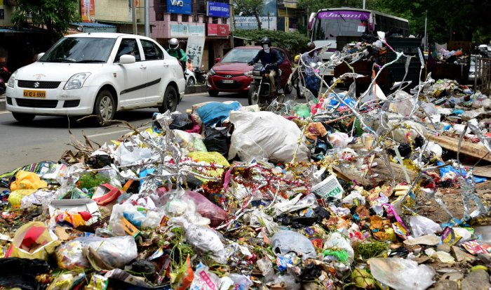 Littering, spitting, urinating and open defecation on roads, bus stations, railway stations, playgrounds and other public places will be penalised with a fine of Rs 500. DH FILE PHOTO