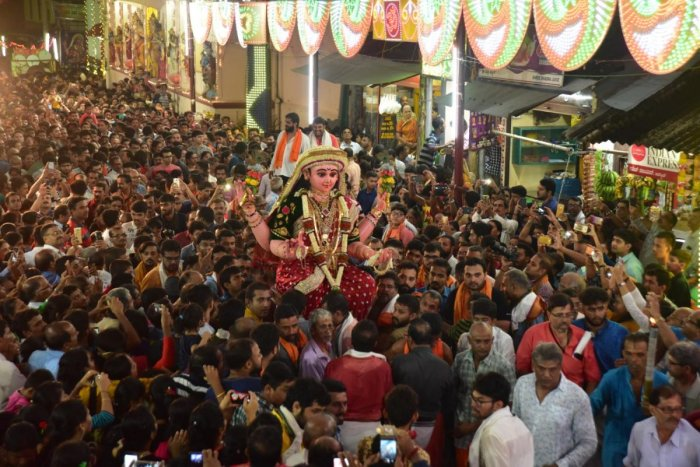 A large number of devotees carry the idol of Goddess Sharada during the procession from Shree Venkataramana Temple in Car Street, Mangaluru, on the final day of the Sharada Mahotsava on Saturday. DH PHOTO/ Govindraj Javali