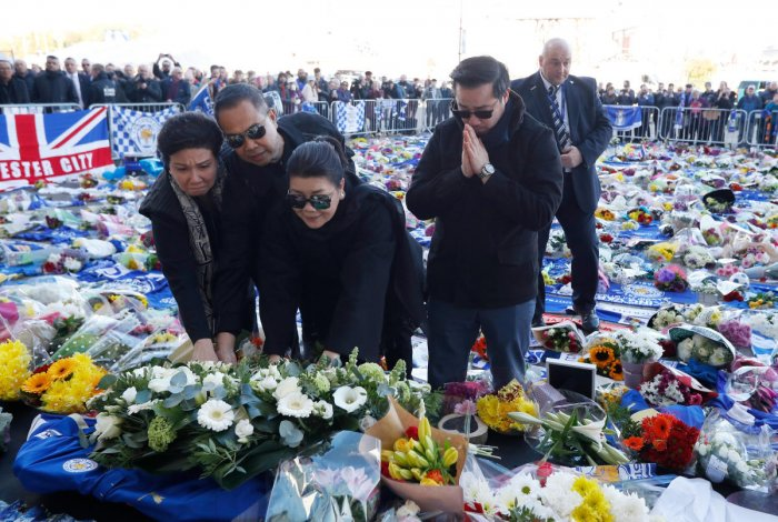 Vichai Srivaddhanaprabha's son and widow were seen laying a wreath among a sea of tributes from fans outside the stadium, including flowers, football scarves and Buddhist statues. (Reuters Photo)