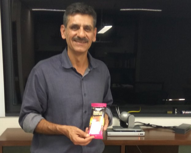 Hemant Malik, Divisional Chief Executive, ITC with Fabelle Choco Deck Milk Chocolate.