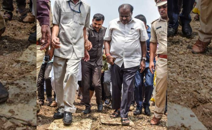 Chief Minister H D Kumaraswamy visits a farm land where tur crop has been damaged due to lack of rainfall at Chowdapur in Kalaburagi District on Monday. - Photo/ Prashanth HG