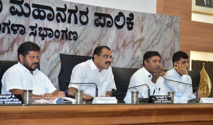 Deputy Commissioner Sasikanth Senthil S (2nd from right) speaks during a meeting on Smart City Mission projects, at Mangala auditorium of Mangaluru City Corporation in Mangaluru on Monday.