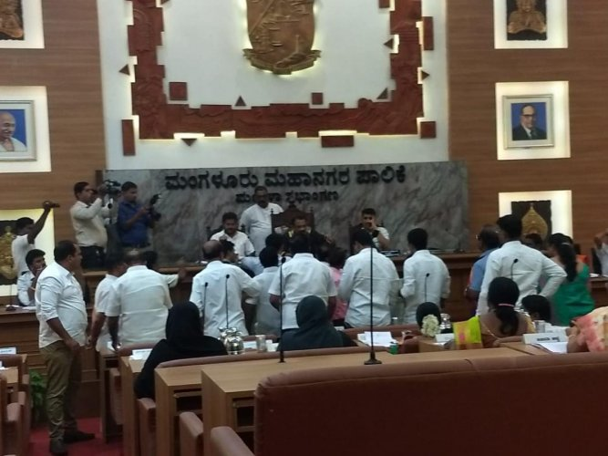 Chaos prevailed at the MCC council meeting in Mangaluru on Wednesday. DH photo.