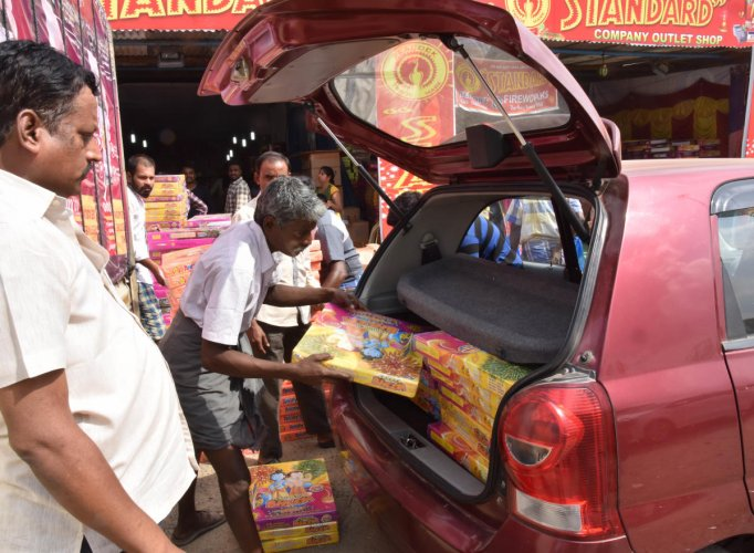The cracker sale on Karnataka and Tamil Nadu border near Hosuru is at its peak. DH Photo/B H Shivakumar