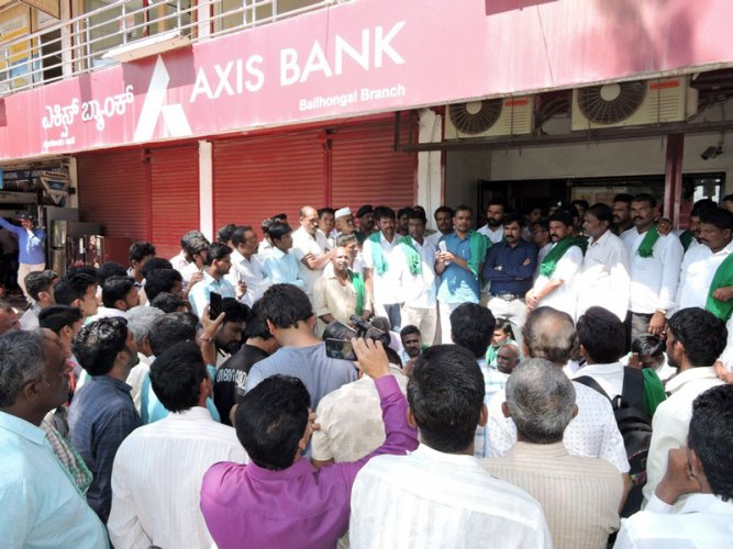 Nearly 100 farmers led by Rajya Raita Sangha and Hasiru Sene president Kodihalli Chandrashekhar, criticised the bank and forced the bank to down its shutters. (DH Photo)
