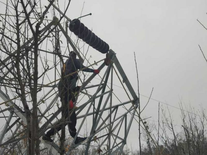 Due to snowfall, most parts of Kashmir reeled under darkness as power lines had snapped. Chief engineer electric maintenance Kashmir, Hashmat Qazi said the power outage was caused by the breakdown of major supply lines due to the fall of foliage laden branches on the supply lines. (DH Photo)
