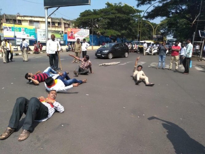 Kannada activists stage a flash protest and block traffic in Belagavi on Tuesday. DH photo.