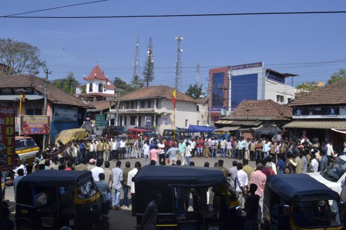 Members of Auto Drivers and Owners' Union form a human chain at Kannada Circle in Suntikoppa on Sunday.