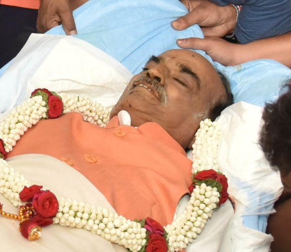 Public pay last respect to Union Fertilizer & Chemicals, and Parliamentary Affairs Minister Ananth Kumar at his residence. (DH Photo/Janardhan B K)