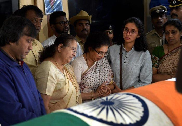 Loksabha Speaker Sumitra Mahajan offerd her condolences to the wife Tejaswini Ananth Kumar and daughter Vijeta of Union Parliamentary Affairs Minister Ananth Kumar in Bengaluru, Monday, Nov. 12, 2018. (PTI Photo)