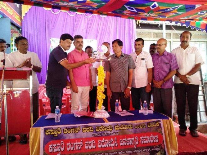 Coffee grower Kauli Srinivas inaugurates a Janajagruthi convention organised by Kasturirangan Varadi Virodhi Malenadu Ulisi Vedike and other organisations at Jayapura, Balehonnur.