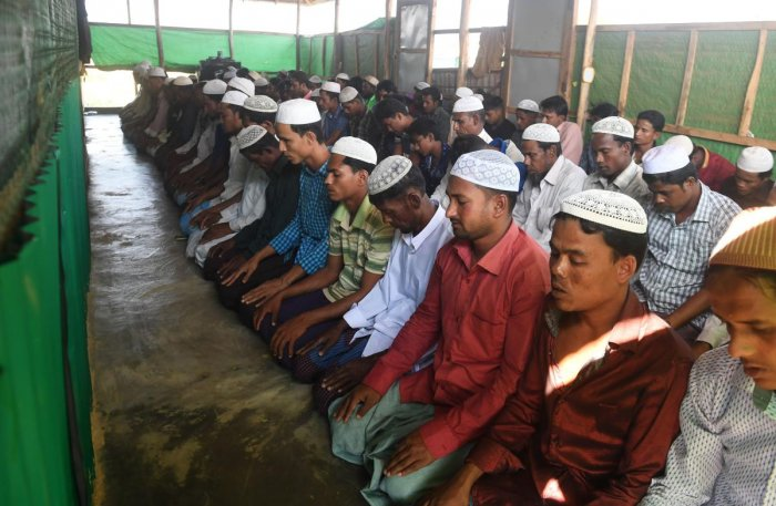 Rohingya Muslim refugees take part in Friday prayers at the Balukhali refugee camp in the Ukhia area of Bangladesh on November 16, 2018. (Photo by Dibyangshu SARKAR / AFP)