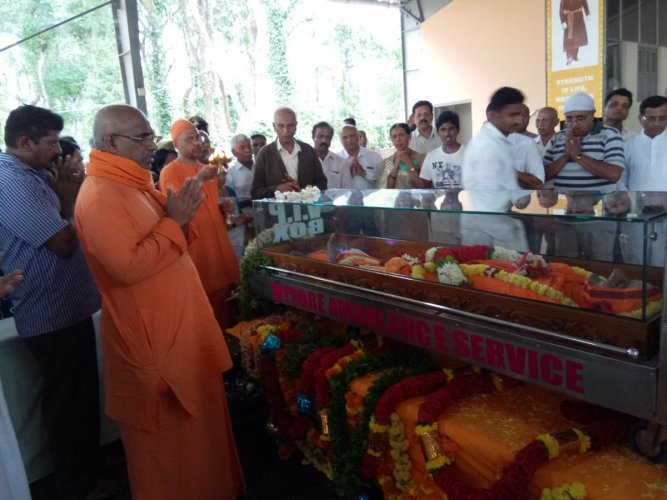 Devotees and followers paid their last respects to Swami Jagadatmananda, senior seer of Sri Ramakrishna Sharadashrama, who passed away, at Ponnampet on Friday.