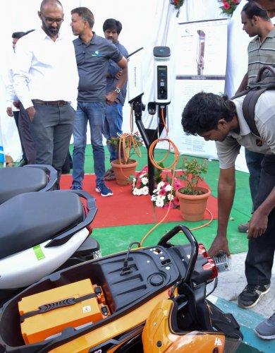 Newly inaugurated electric vehicle charging station at station at Vidhana Soudha on Friday. DH Photo/ B H Shivakumar