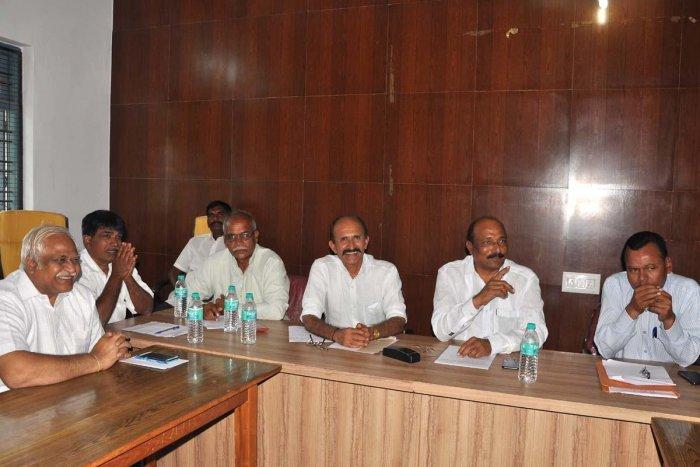 Rajya Krishi Samaja President Basavana Gowda Mali Patil speaks at a meeting on Monday.