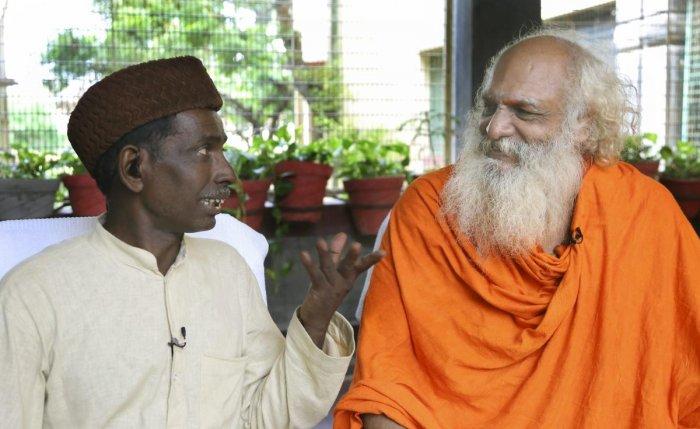Nirmohi Akhara mahant Dharam Das and Iqbal Ansari, the main litigants in the Babri Masjid-Ram janmabhoomi case. PTI file photo